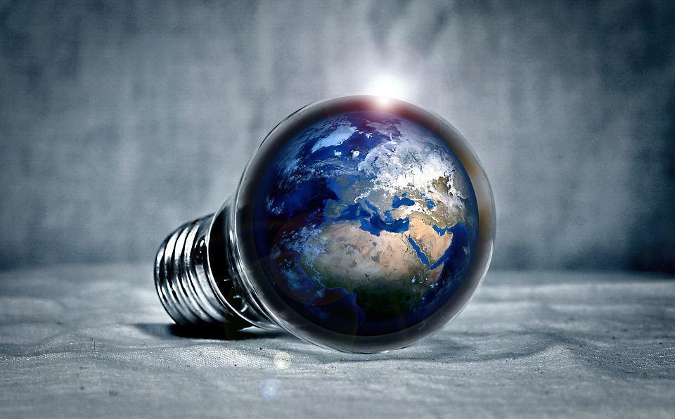 Hier ist eine Glühbirne ersichtlich, welche SAFIT als eine Welt aus innovativen Ideen symbolisiert.