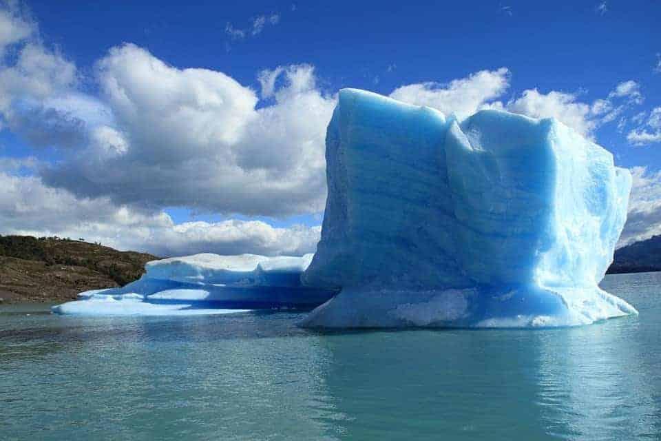 Der Eisberg repräsentiert die Kältetherapie, eiskalt duschen mit der Wim Hof Methode