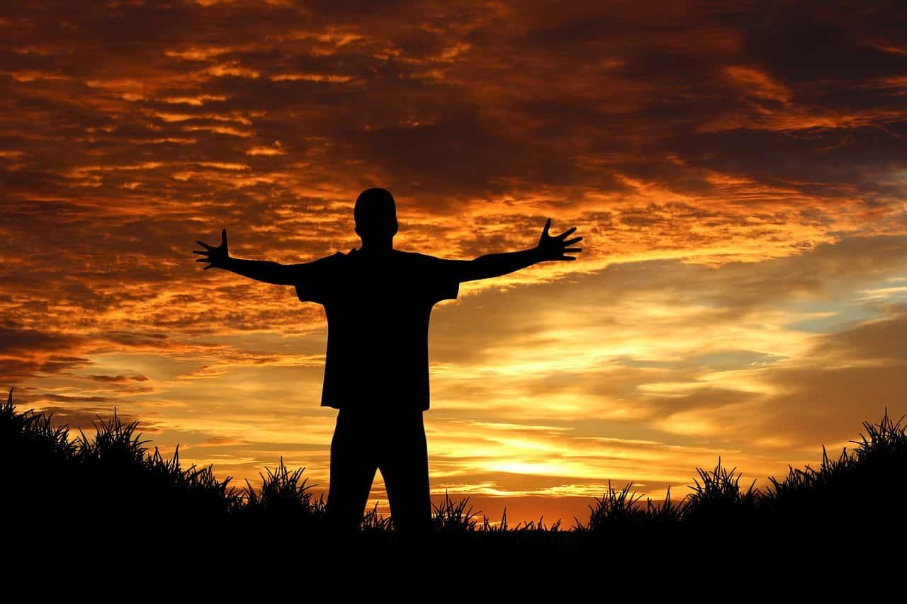 Man der seiner Berufung gefolgt ist und seinen Traumberuf lebt. Er hat nicht nur einen Beruf der zu ihm passt. Eine Berufung oder Berufung ist etwas, nach dem wir alle streben sollten. Eine Berufung ist ähnlich wie eine Karriere, aber wir bekommen auch tiefe Zufriedenheit und Erfüllung von unserer Berufung. So verdienen wir nicht nur Geld, um materiellen Besitz zu erlangen, sondern diejenigen von uns, die unsere Berufe gefunden haben, geniessen die acht Stunden, die wir von Montag bis Freitag im Büro verbringen.