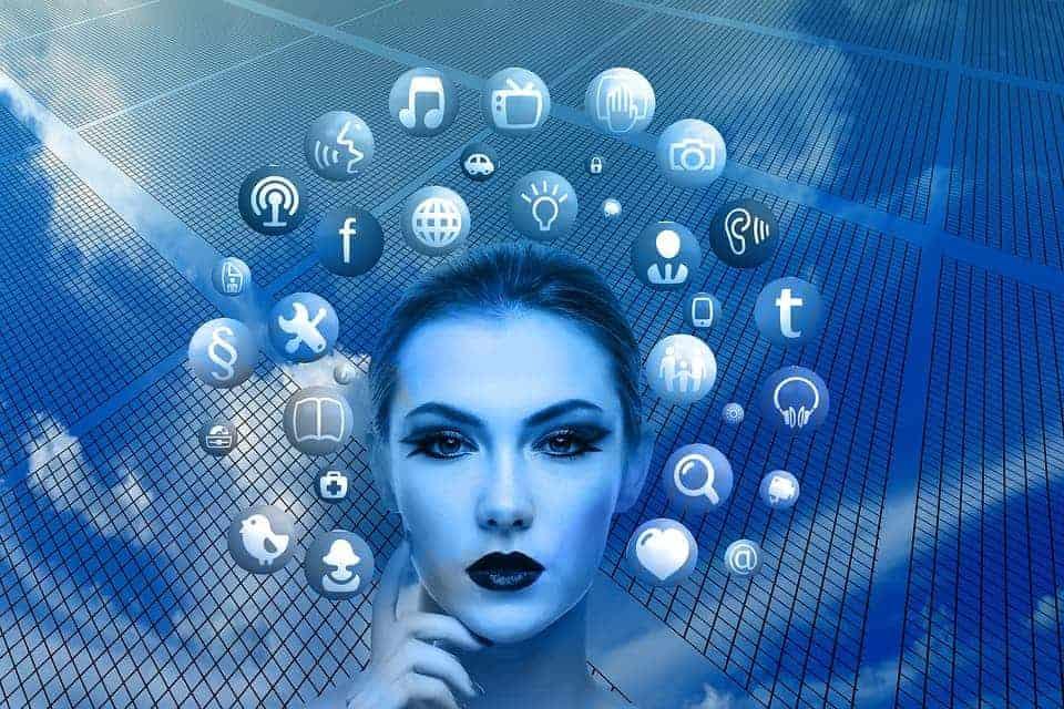 Auf einem blauen Bild ist eine Frau welche Business Administration 4.0 studiert hat. Dieser Kurs beinhaltet Online Marketing, SEO und auch Social Media Marketing.