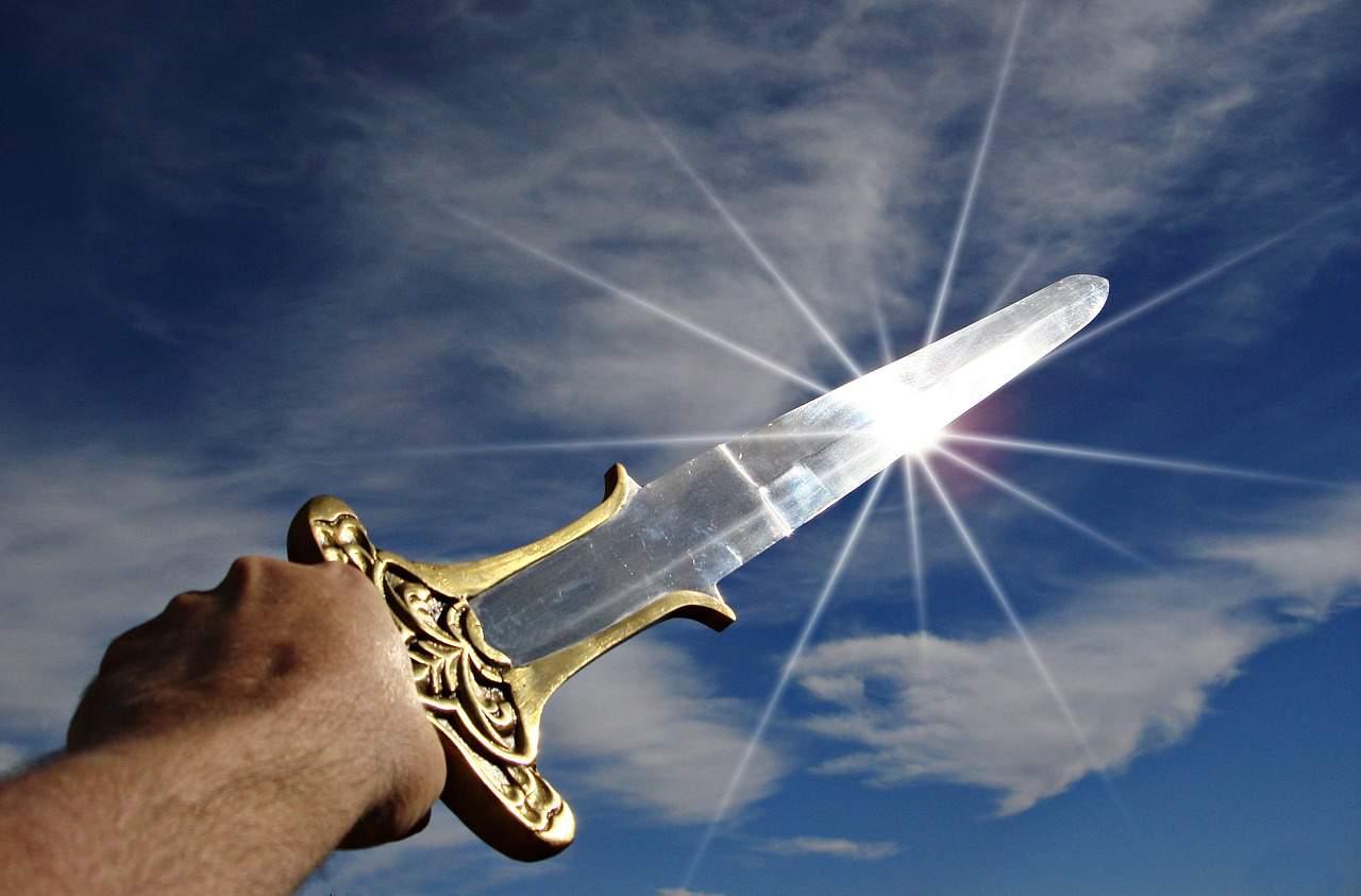 Schwerter sind die ersten Waffen, welche für die Kampfkunst und nicht etwa für das Jagen entwickelt wurden. Der weitaus ältere Speer wurde wohl primär für die Jagt, jedoch auch bei Konflikten eingesetzt. Ein Schwert hingegen kann nur von Kriegern eingesetzt worden sein, denn auf der Jagt war es nicht besonders hilfreich.