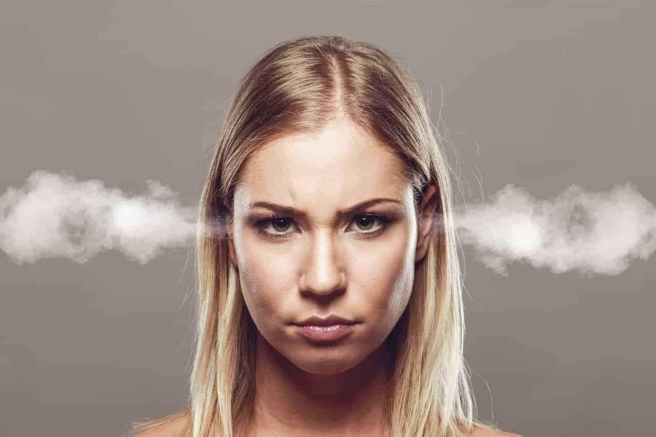 Frau dampft aus den Ohren, weil sie sich über schweirige Menschen aufregt