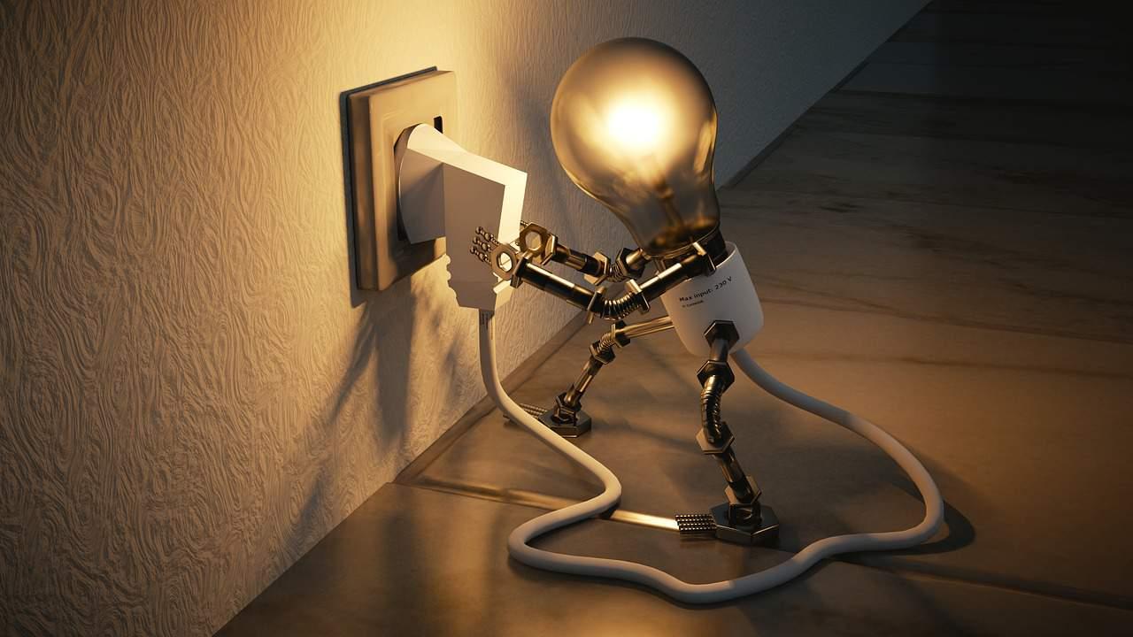 Mehr Energie im Leben durch das anzapfen der Quelle wird hier symbolisiert durch eine Glühbirne, welche sich selbst an der Steckdose ansteckt und dadurch hell leuchtet.