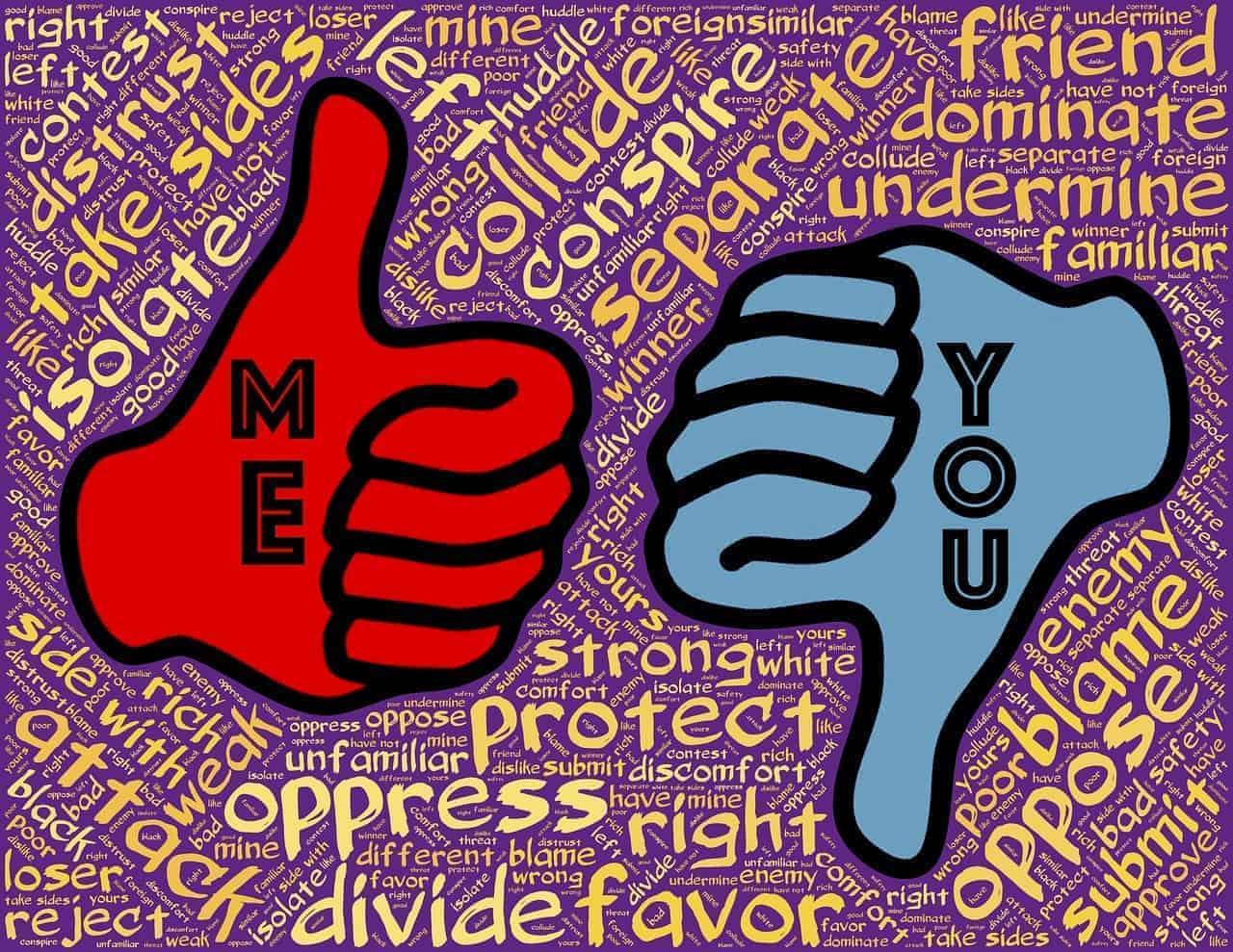 Der rote Ich-Daumen zeigt nach oben, der blaue Du-Daumen zeigt nach unten: Symbolisiert wird damit, dass Freunde Dich von deinem Erfolg abhalten können, da sie dir nichts gönnen und mit ihrem Ego nicht vereinbaren können, dass Du mehr erreichst als sie.