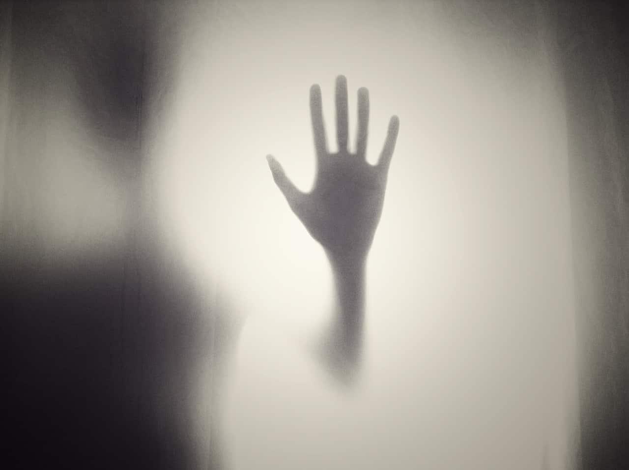 Hand eines Ausserirdischen im Nebel.