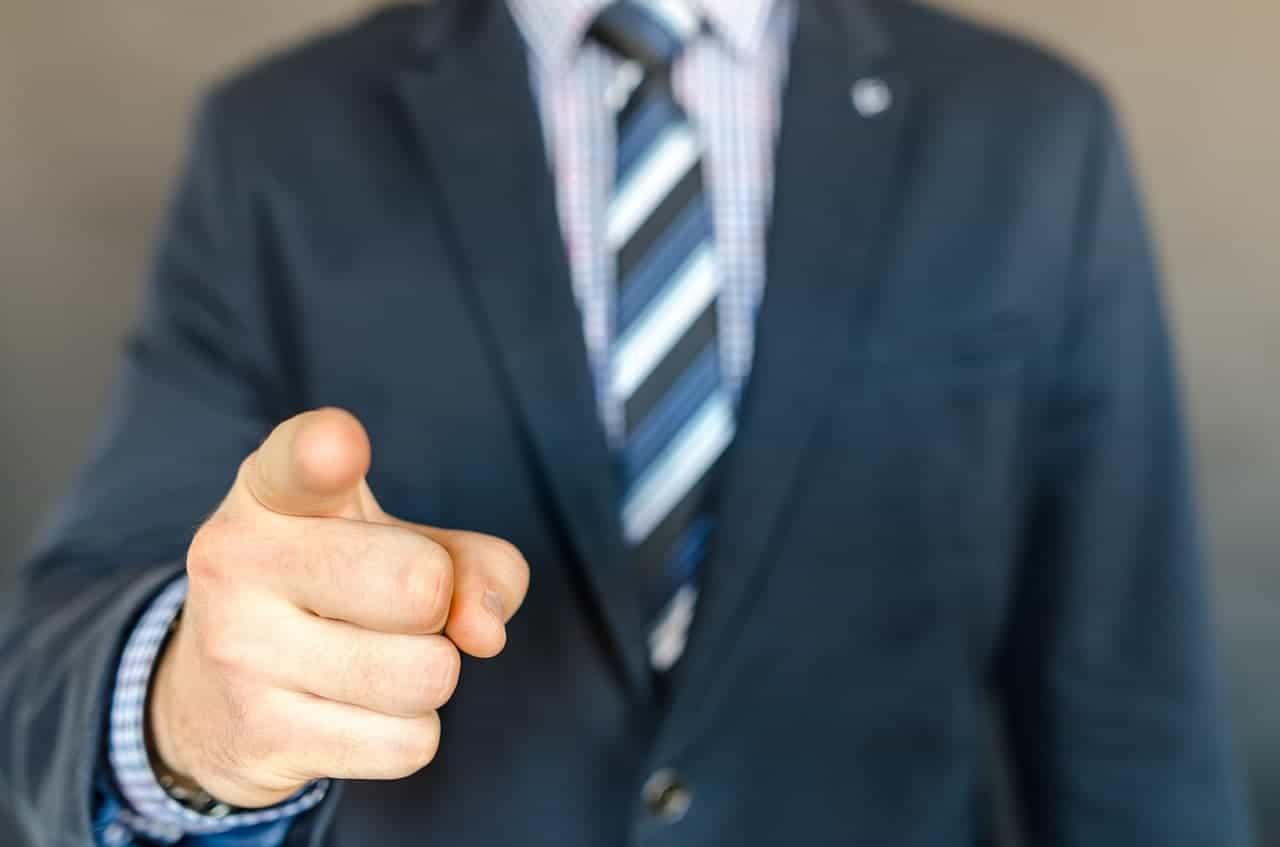 Business Mann zeigt mit dem Finger auf Dich.