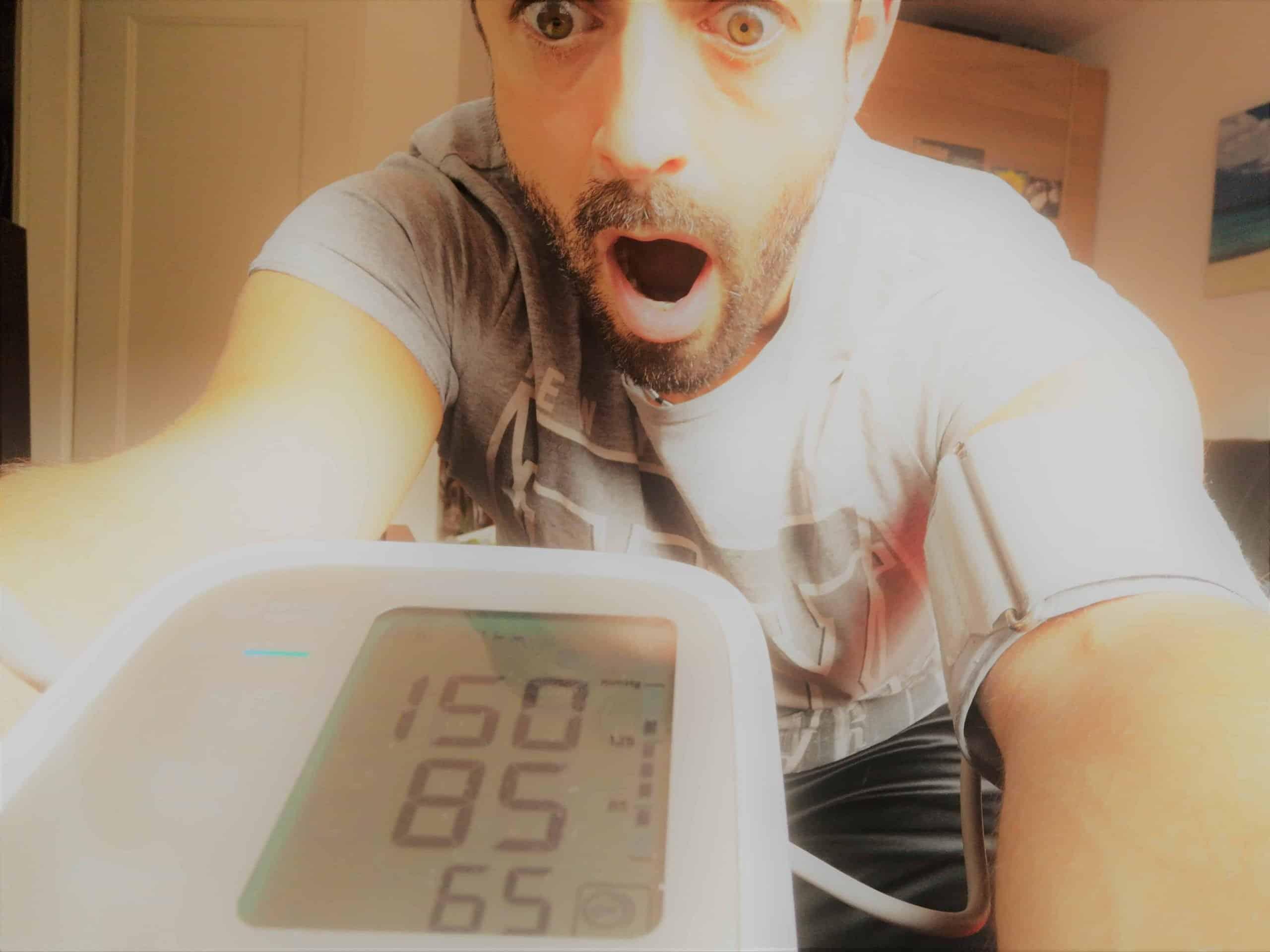 Marc Dietschi schaut erschrocken auf sein Blutdruck-Messgerät, welches einen viel zu hohen Blutdruck anzeigt.