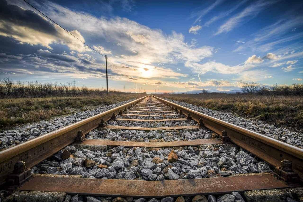 Loslassen können ist ein langer Weg, der wie dieses Gleis an einen unbekannten Ort führt - eine Reise, ein Lebensziel. Nicht loslassen zu können hält Dich in der Vergangenheit fest.