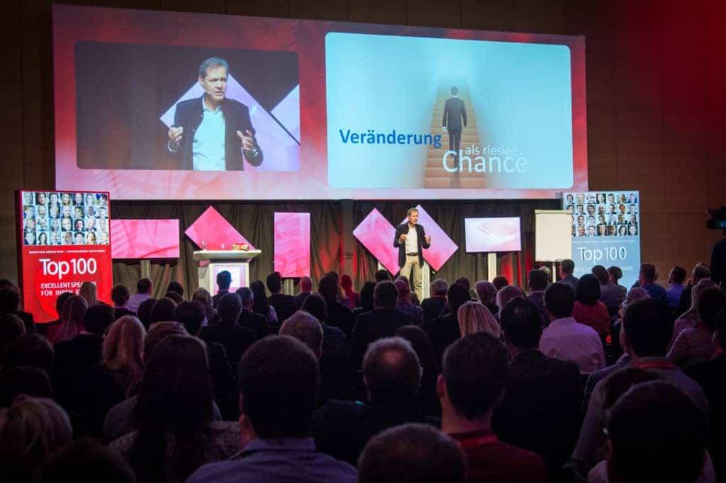 ein keynote speaker spricht vor begeistertem Publikum
