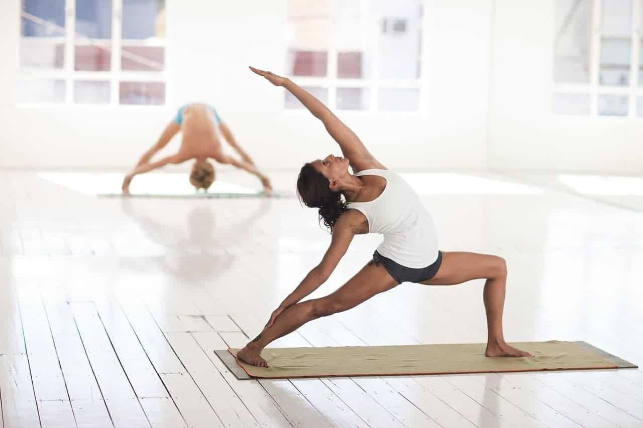 Eine Frau in einer Yoga-Pose.