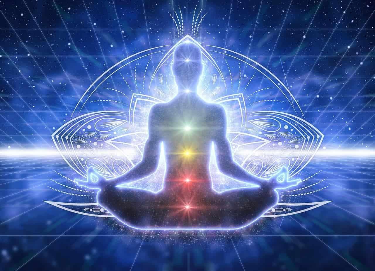 Die 7 Chakren in verschiedenen Farben im menschlichen Körper, gezeichnet als Umrisse eines Meditierenden.