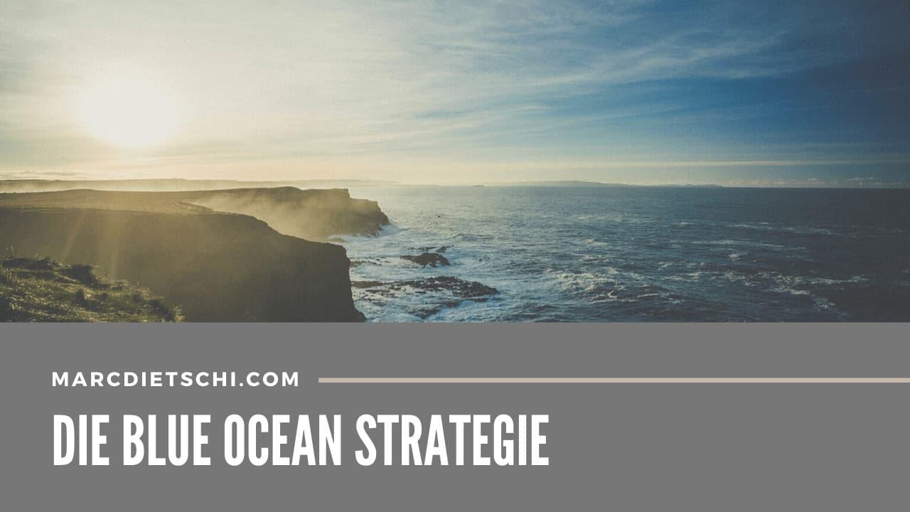 """Blauer Ozen, auf English """"Blue Ocean"""" im Sonnernuntergang mit der Überschrift """"Die Blue Ocean Strategie"""" von Marc Dietschi."""