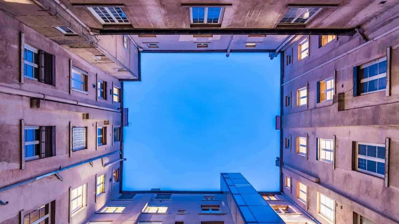 Blauer Himmel innerhalb von Hausmauern steht für die Einsamkeit in der Gesellschaft.