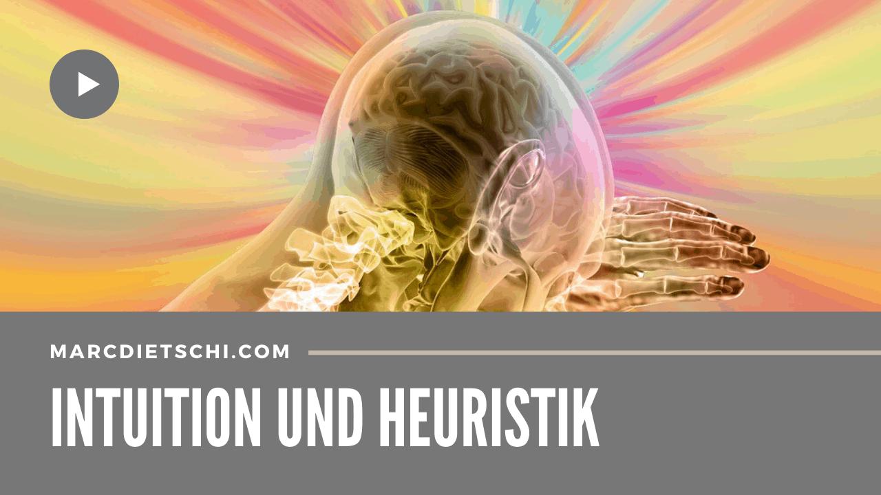 Abstraktes Bild mit einem Kopf, der durchleuchtet wird, in welchem das Gehirn zu sehen ist, wobei es von vielen Farben umgeben ist, was für übersinnliche Eindrücke steht. Darunter ist die Überschrift Intuition und Heuristik zu lesen und die Blog-URL marcdietschi.com.