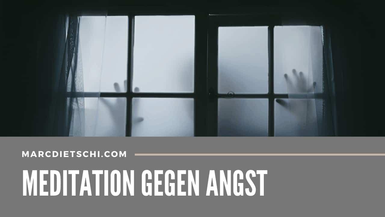 """Unerklärbare Angst wird mithilfe von Schatten von Händen einer fremden Person vor einem Fenster bei Neben bildlich dargestellt. Unter dem Foto steht der Titel """"Meditation gegen Angst"""""""