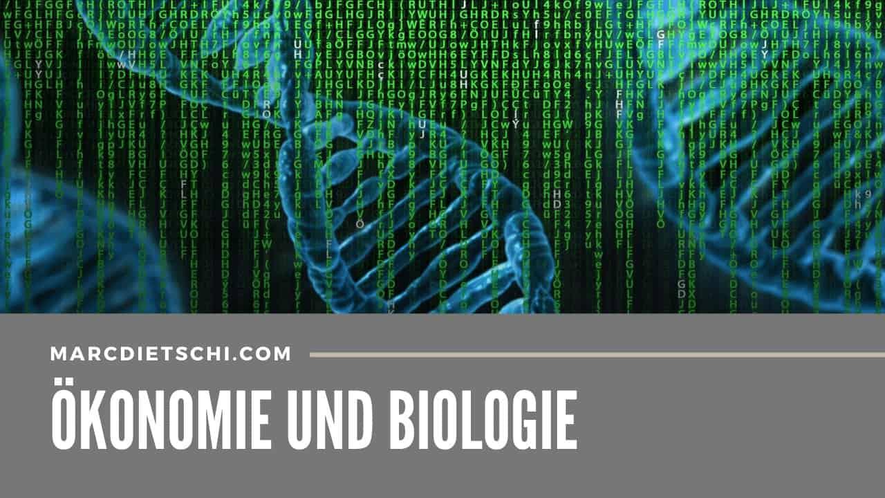 Blaue DNA-Strings kombiniert mit dem Matrix-Code in grün mit der Überschrift Ökonomie und Biologie von Marc Dietschi. Das Bild soll zeigen, wie ähnlich die Ökonomie der Biologie ist, und dass wir diese als Vorbild nehmen können.