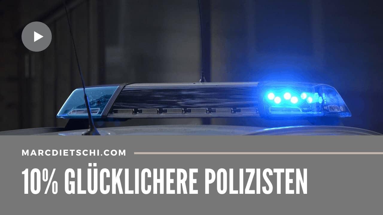 """Das Blaulicht eines Polizeiautos mit der Überschrift """"10% glücklichere Polizisten""""."""