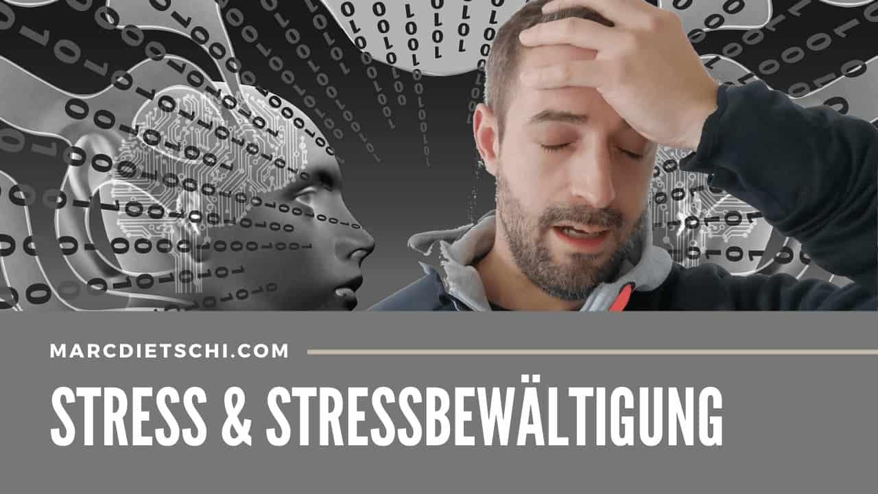 Stress und Stressbewältigung im digitalen Zeitalter mit Marc Dietschi, welcher sich gestresst an den Kopf fasst. Im Hintergrund sind Binärzahlen, Schaltkreise und eine digitale Figur zu sehen, was alles die digitale Transformation repräsentiert.