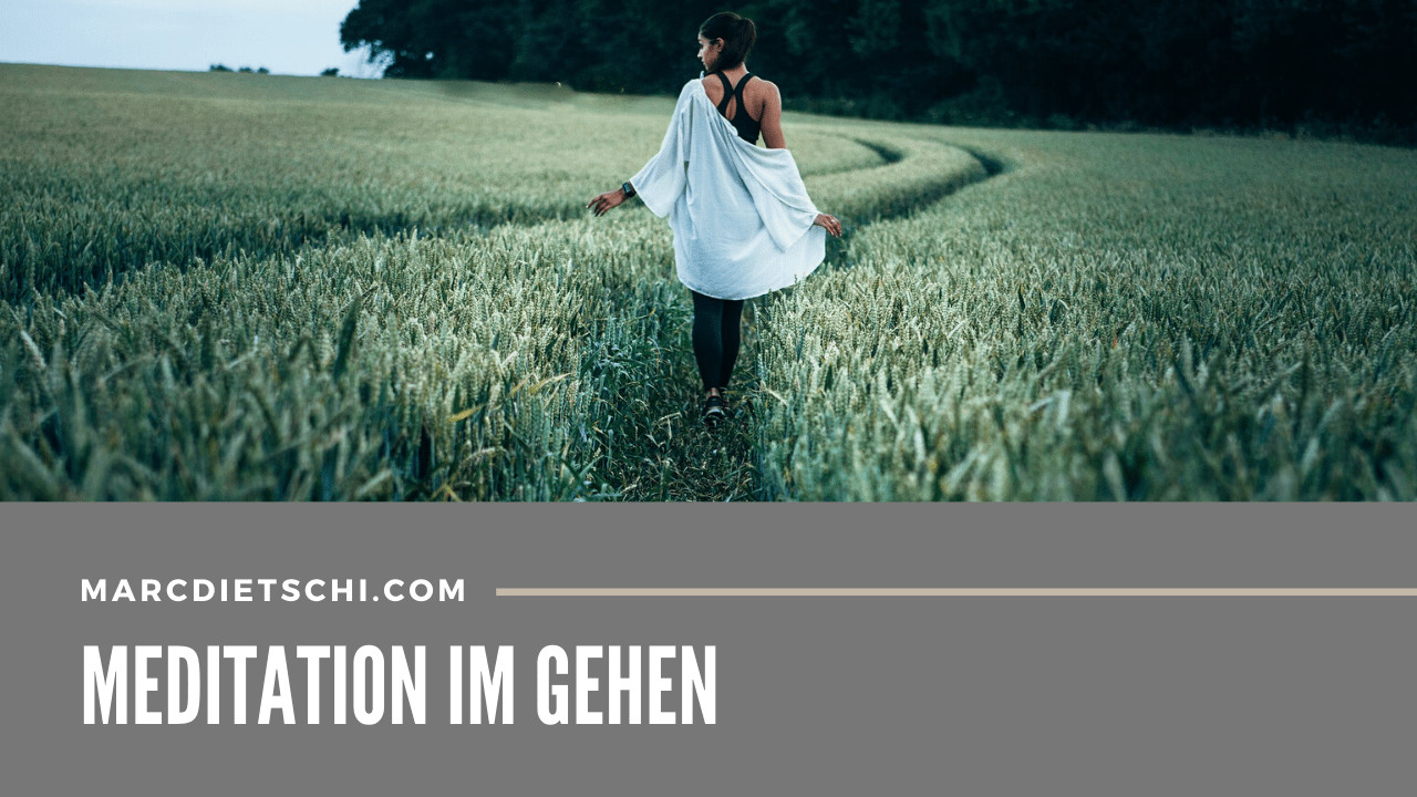 Frau während der gehenden Meditation auf einem grünen Feld.